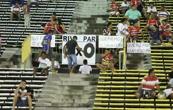 """Com R$ 60, torcedor protesta e  cria placar """"quebra galho"""" em estádio"""