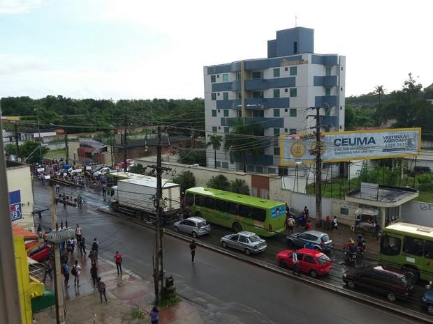 Manifestantes protestam por mais segurança e infraestrutura no Turu em São Luís (Foto: Eliana Plácido)