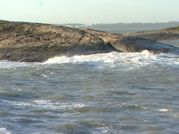 Pescador estava nesta ilha, entre as ilhas do Boi e do Frade, quando caiu no mar (Foto: Reprodução/TV Gazeta)