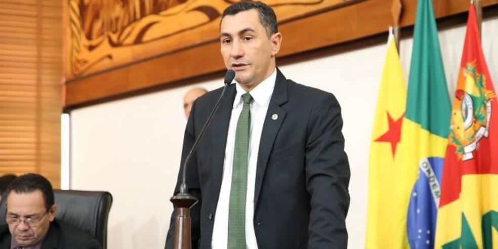 Autor do projeto, deputado Jesus Sérgio diz estado deve dispor de outros meios para cobrar tributo (Foto: Divulgação/Aleac)