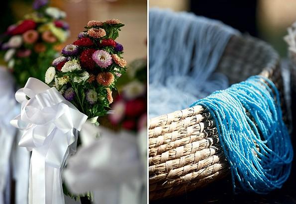 Arranjo de flores do ambiente montado para fazer as vezes de capela. Colares de contas, um dos presentes dados na chegada (Foto: Evelyn Müller)