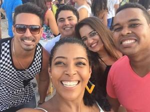 Casal comemorou dois anos de casamento em ensaio da Timbalada com amigos (Foto: Nayara Ribeiro/ Arquivo Pessoal)