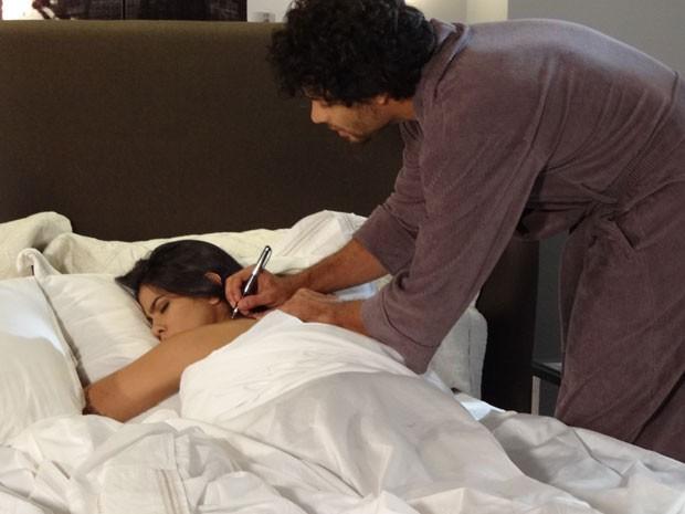 Espertinho! Ronaldo tem plano infalível para desmarcarar Isadora (Foto: Guerra dos Sexos/TV Globo)