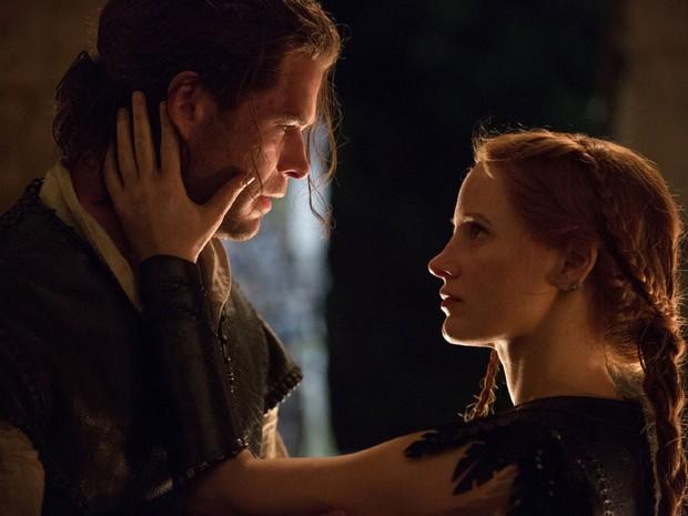 Chris Hemsworth e Jessica Chastain em cena do longa 'O caçador e a rainha do gelo' (Foto: Divulgação)