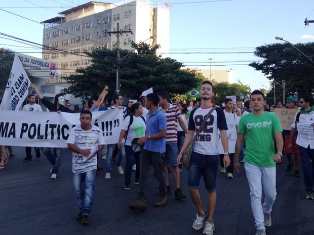 Manifestantes descem a Avenida Araguaia, no Centro de Goiânia (Foto: Gabriela Lima/G1)