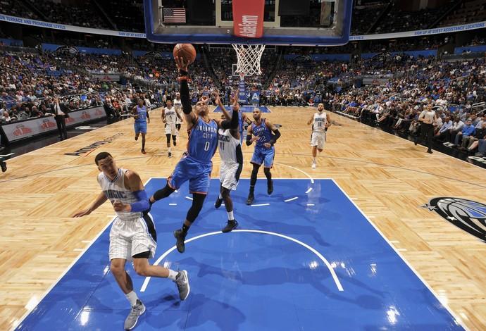 Russell Westbrook vai para cima da defesa do Magic (Foto: Getty Images)