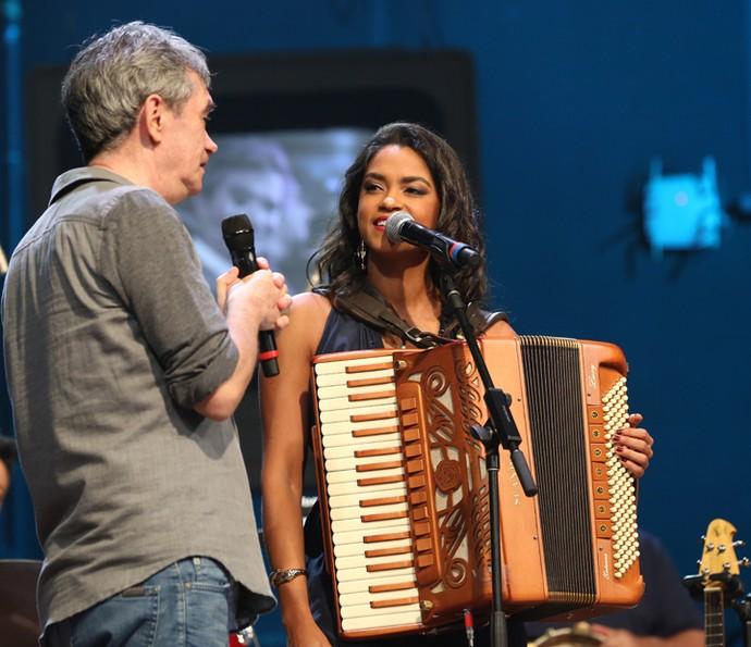 Serginho entrevista a cantora Lucy Alves no Altas Horas (Foto: Carol Caminha/Gshow)