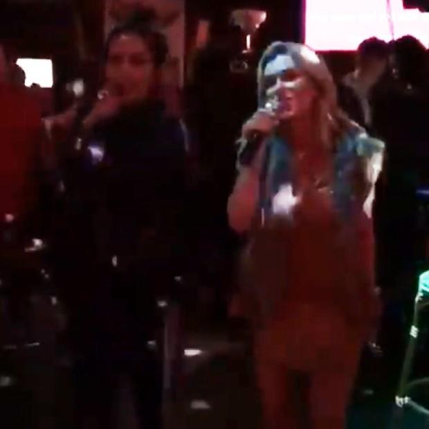 Anitta e Ludmilla cantando em karaokê nos EUA (Foto: Reprodução/Instagram)