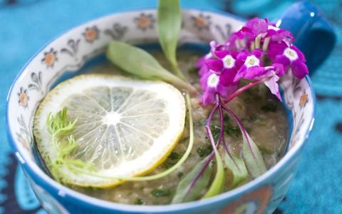 Sopa de lentilha rosa com limão siciliano