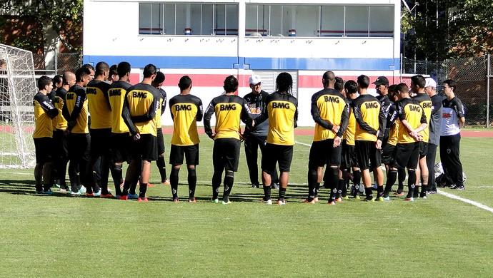 Jogadores do Atlético-MG conversam com Levir Culpi (Foto: Leonardo Simonini)