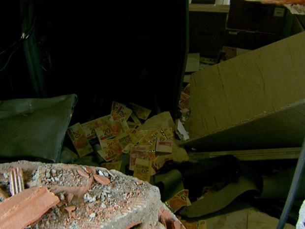 Parte do dinheiro ficou espalhado pela agência (Foto: Reprodução/ EPTV)