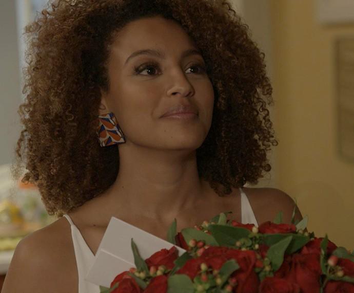 Paula fica surpresa com as flores (Foto: TV Globo)