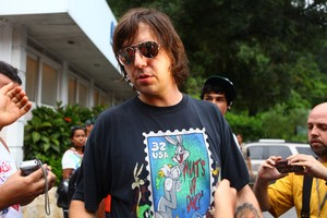 Marcão, guitarrista da banda, deixa o sepultamento de Chorão (Foto: Iwi Onodera / EGO)