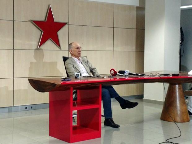 Rui Falcão concede entrevista coletiva após encontro da executiva nacional do PT em Brasília (Foto: Laís Alegretti/G1)