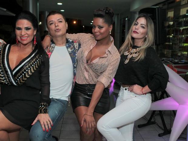 Solange Gomes, David Brazil, Adriana Bombom e Anamara em restaurante na Zona Oeste do Rio (Foto: Marcello Sá Barretto/ Ag. News)