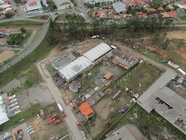 Imagem aérea mostra estragos em frente ao quartel do Corpo de Bombeiros Militar de Tubarão (Foto: Arcanjo/Divulgação)