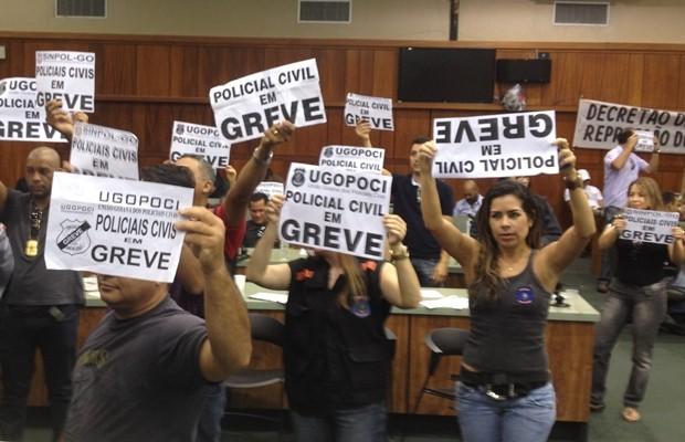 Polciais civis em greve ocupam Assembleia Legislativa de Goiás, em Goiânia (Foto: Gabriela Lima/G1)