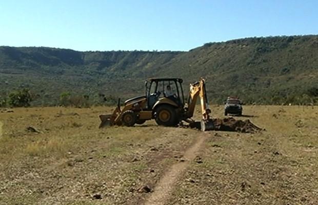 Polícia Federal destrói pista de aeroporto clandestino em Jataí, Goiás (Foto: Reprodução/ TV Anhanguera)