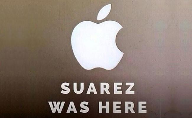 Meme brinca com mordida de Suárez no ombro do zagueiro Giorgio Chiellini (Foto: Reprodução)