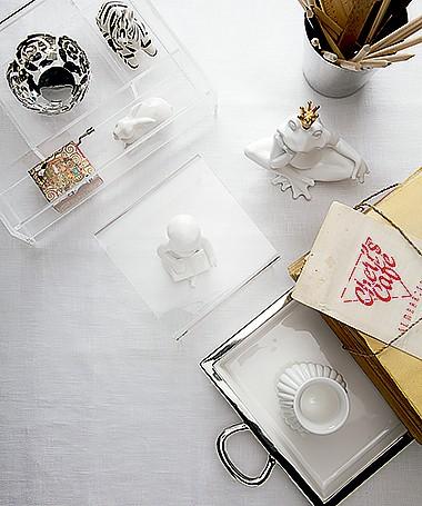 Agradecimentos: Benedixt ( minivaso e porta-lápis), Coisas da Doris ( lápis), Divino Espaço ( papéis), L'Oeil ( bibelô criança e bandeja), Paper House (caixinha de música e sapo), Roberto Simões (zebra), Donatelli (tecido) e Tok & Stok (caixa acrílica) (Foto: Carlos Cubi/ Editora Globo)