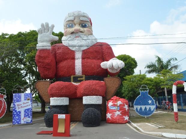 Papai Noel de garrafas pets tem 17 metros de altura (Foto: Pâmela Fernandes/G1)