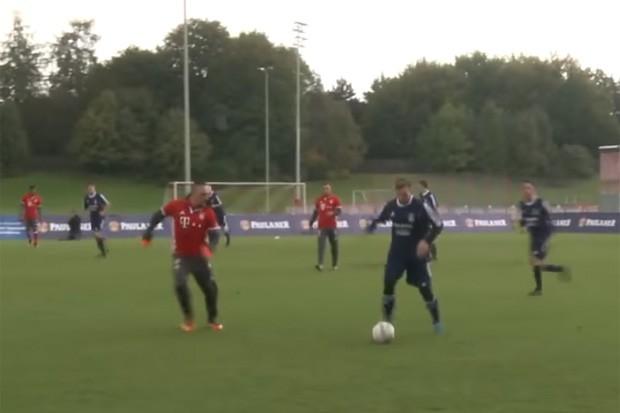 Ribéry leva uma bela entortada de fã em jogo festivo do Bayern (Foto: Reprodução)
