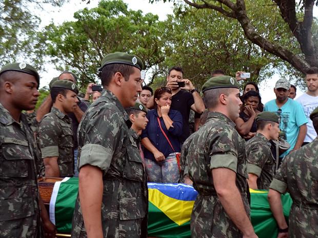 Soldados levam caixão do cabo Michel Mikami em Vinhedo (Foto: Lana Torres/G1)