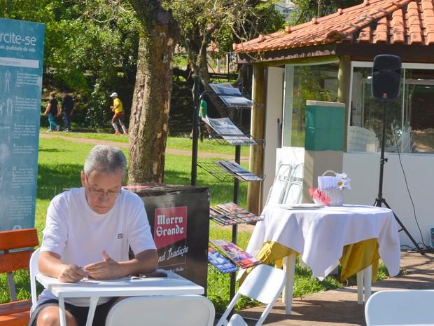 No dia do livro, quiosque recebe nome de escritora de Piracicaba Maria Emília Redi (Foto: Claudia Assencio/G1)