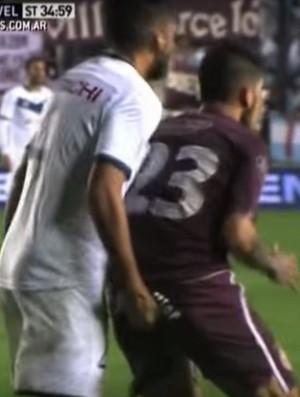 BLOG: É o Amor! Zagueirão do Vélez dá socos, cabeçada e passa a mão na marcação