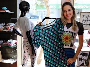 Designer de moda de 25 anos montou o próprio ateliê para fabricar peças e uma  loja 061bf053260