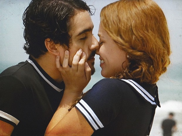 Alice e Jonas passam o dia na praia e acabam se beijando (Foto: Lado a Lado/TV Globo)