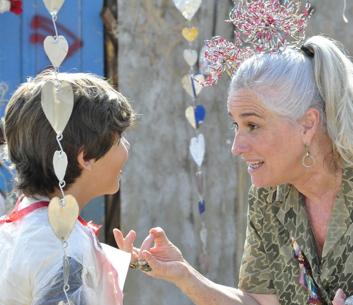 Bernardo Simões contracena com Vera Holtz em 'Avenida Brasil' (Foto: Estevam Avellar / TV Globo)
