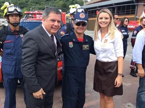 Mário Motta e Marina Dalcastagne com equipe dos bombeiros (Foto: RBS TV/Divulgação)