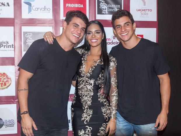 Ex-BBBs Antônio Rafaski, Mayara Motti e Manoel Rafaski em festa na Zona Oeste do Rio (Foto: Anderson Barros/ EGO)
