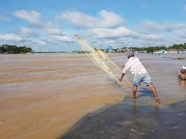 Bombeiros orientam que pescadores tenham mais cuidado com as águas do rio  (Foto: Anny Barbosa/G1)