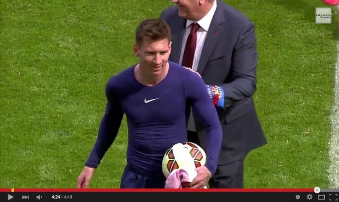 Messi sai com a bola do jogo após fazer três gols no Barcelona x Rayo Vallecano