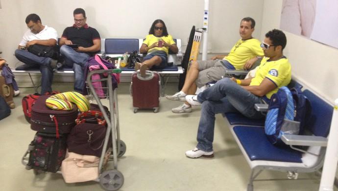 Delegação de nadadores do AP fica pelo menos 6 horas 'ilhada' no aeroporto de Macapá (Foto: Jonh Pacheco/G1-AP)