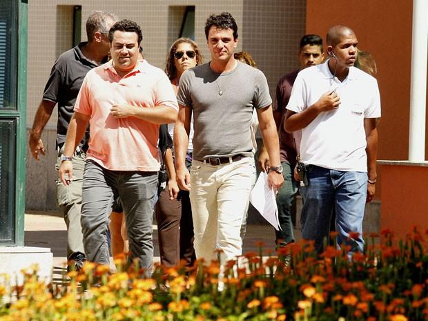 Rodrigo Lombardi se prepara para entrar no set de gravações (Foto: Salve Jorge/TV Globo)