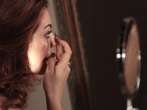 Elisa usa lentes castanhas para esconder seus olhos azuis de Rodrigo (Foto: Divulgação/TV Globo)