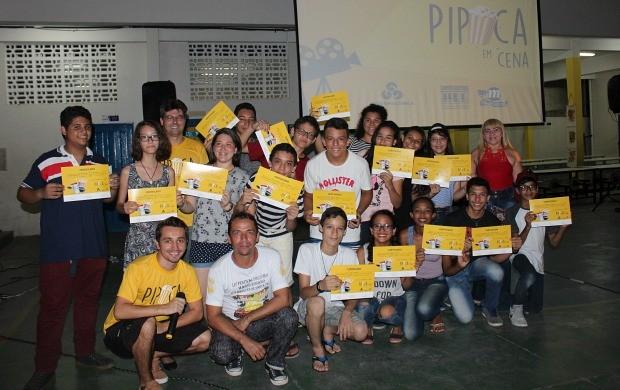 Alunos recebem diplomas de participação na oficina (Foto: Katiúscia Monteiro/ Rede Amazônica)