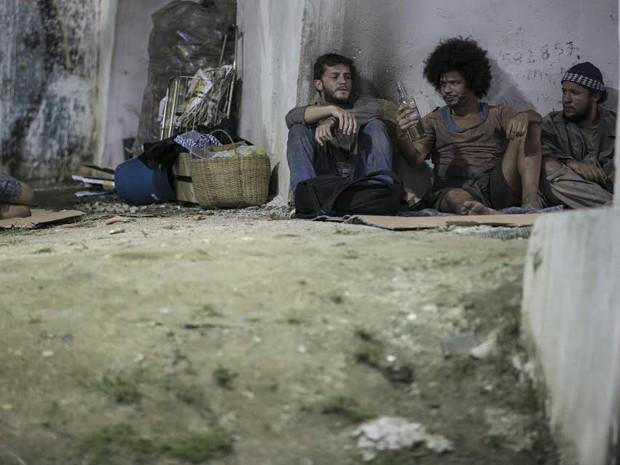 Léo encontra mendigos e resolve se aproximar dos moradores de rua  (Foto: Inácio Moraes/ Gshow)
