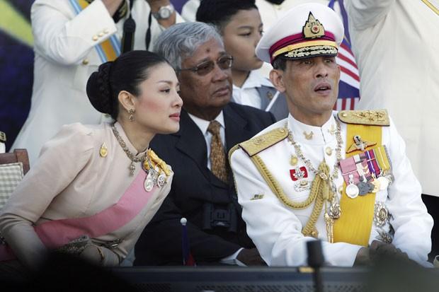 O príncipe herdeiro da Tailândia, Vajiralongkorn, com sua mulher, a princesa Srirasm, em foto de 2007; parentes da princesa foram presos em um escândalo de corrupção no país (Foto: Vincent Thian/AP)