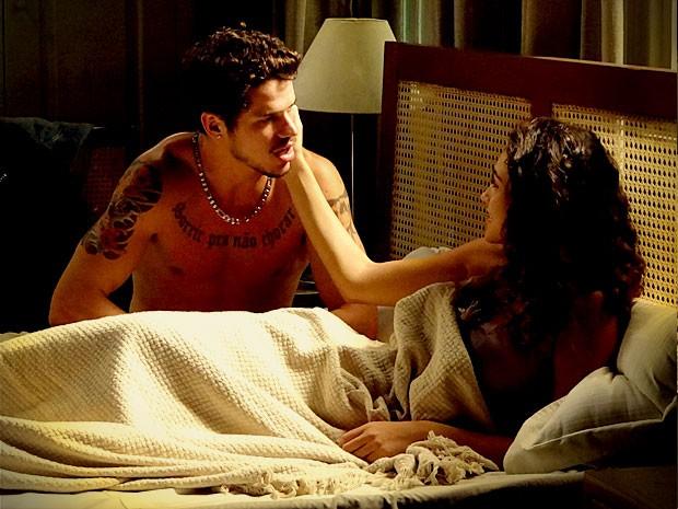 Tessália e Darkson passam a noite juntinhos na mesma cama (Foto: Avenida Brasil / TV Globo)