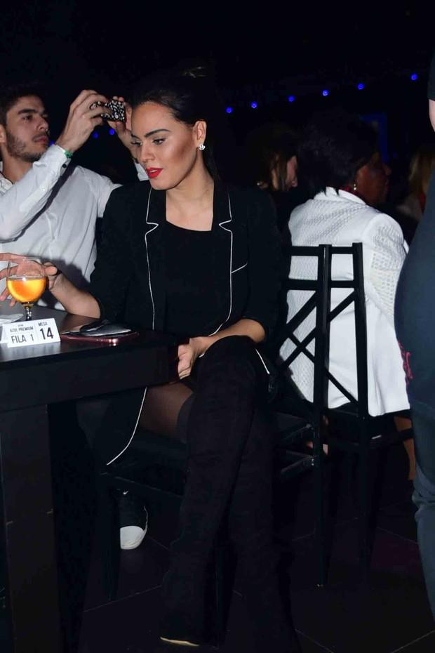 Leticia Lima acompanha show de Ana Carolina e Seu Jorge da fila do gargarejo  (Foto: Leo Franco / AgNews)