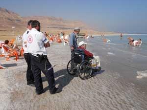 Semion Lerner, de 64 anos, que sofre de esclerose múltipla foi levado para ver o Mar Morto. (Foto: BBC.)