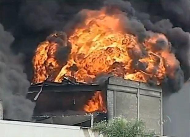 Incêndio atingiu grandes proporções da fábrica de embalagens (Foto: Reprodução/TV Tem)