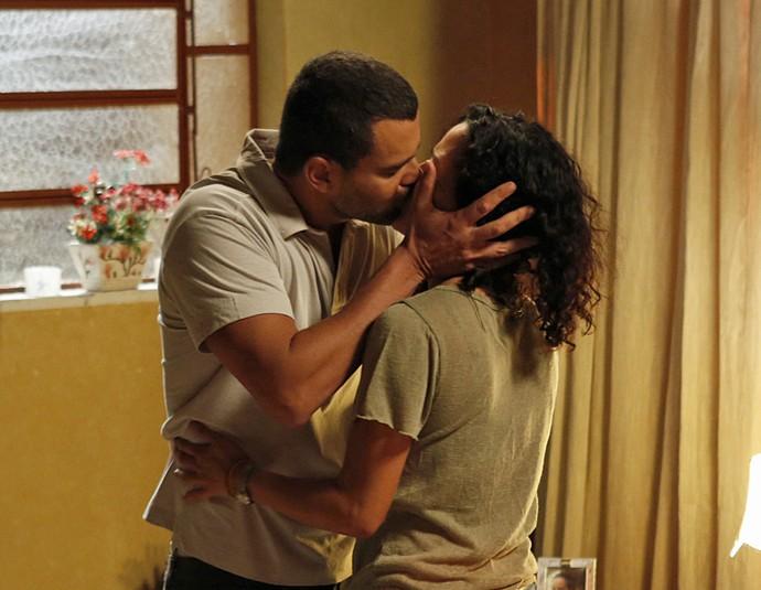 Antes de partir, César dá um beijo apaixonado em Domingas (Foto: Ellen Soares / Gshow)