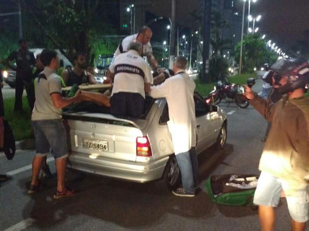 Ciclista foi parar em cima de carro e precisou ser socorrido pelo Samu (Foto: G1)
