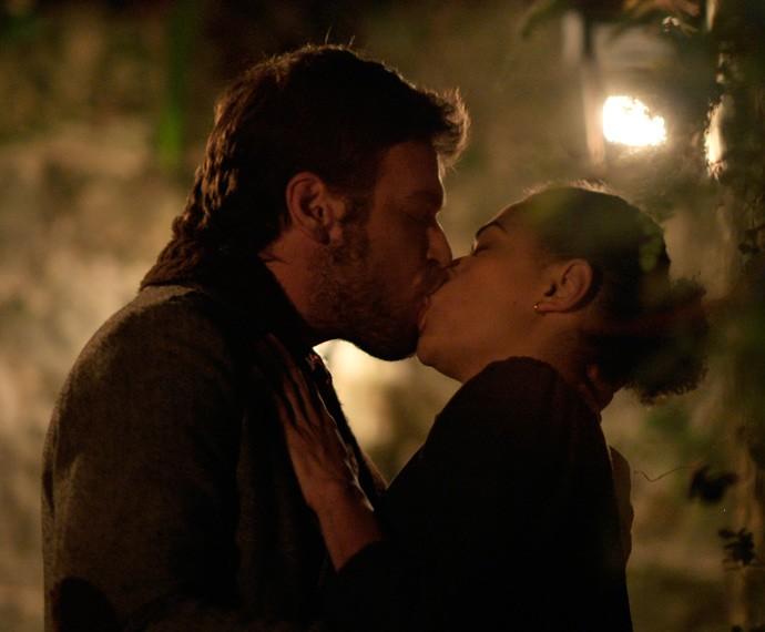 Pedro dá beijaço em Carola (Foto: TV Globo)
