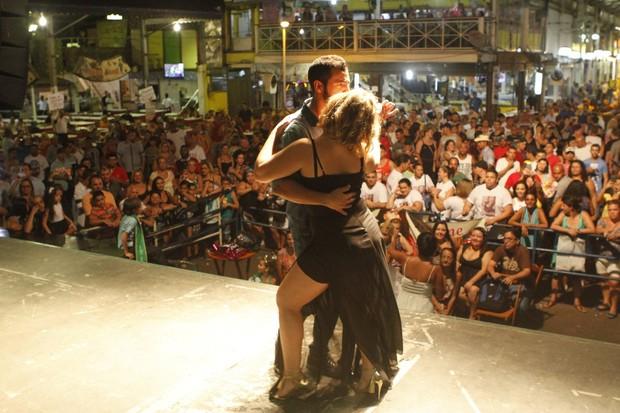Cacau e Matheus dançam em palco (Foto: Anderson Barros)